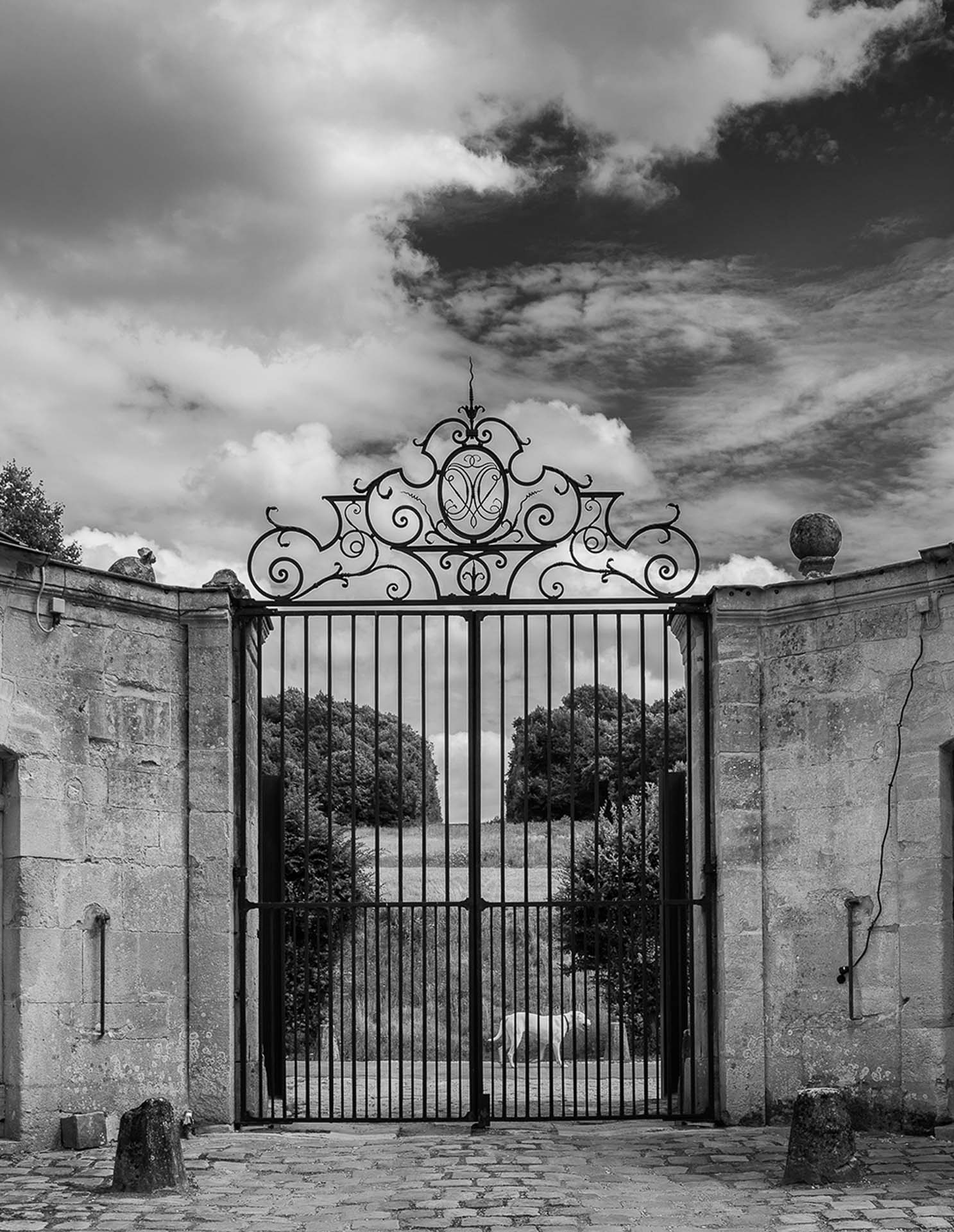 Chateau de Villette private luxurious residence frontal gate view place for events weddings seminars dinners luxury accommodation 10 left