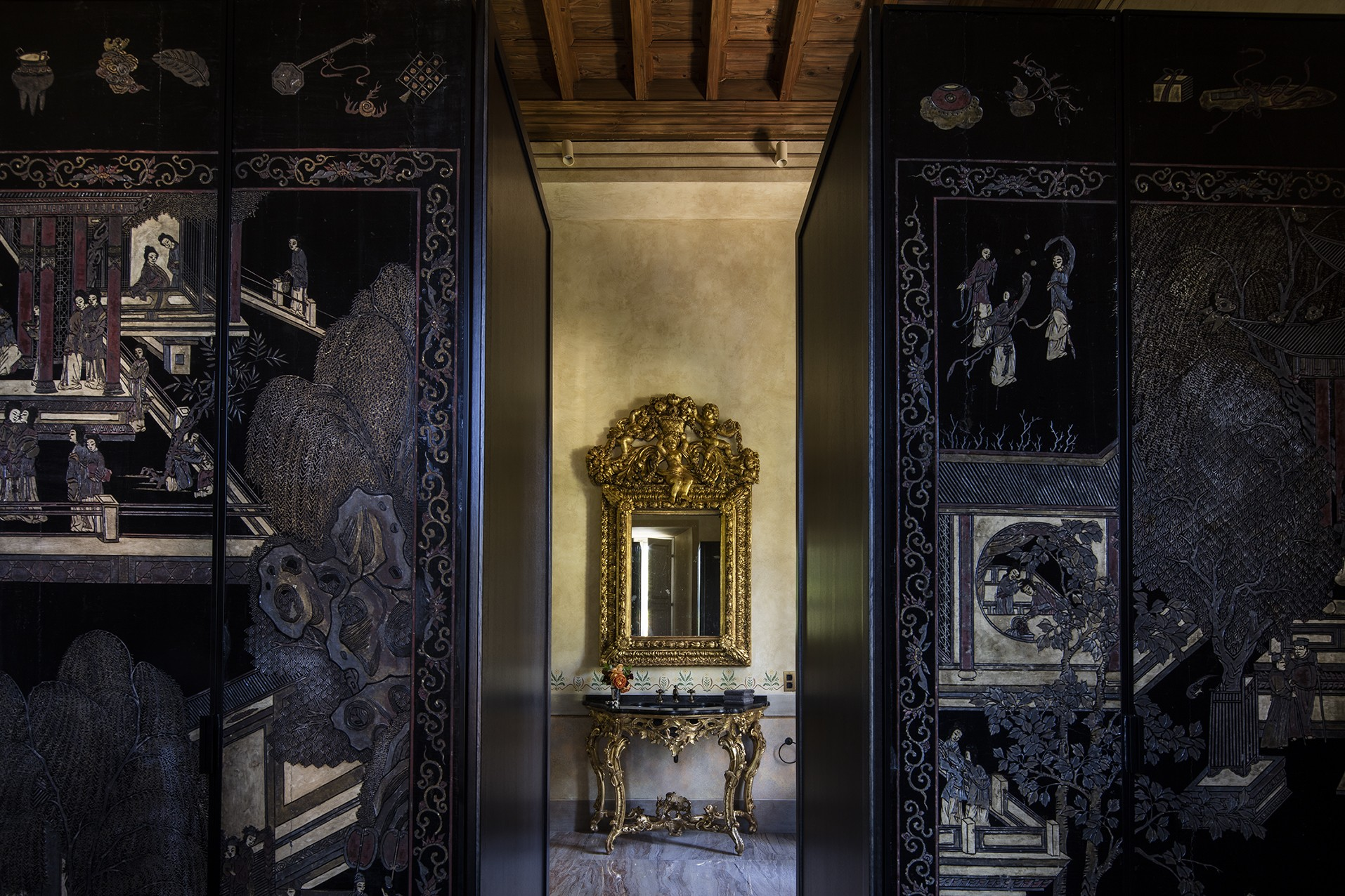 Villa Balbiano best luxury property available for rental on lake Como stunning bathroom marble floor antique chinese screens coromandel lacquer 22000VB int